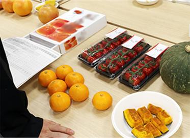 写真:商品会議・みかん、かぼちゃ、トマト